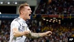 L'Allemand Toni Kroos jubile après avoir marqué le deuxième but de son équipe lors du match du groupe F contre la Suède lors de la Coupe du monde 2018 au Fisht Stadium à Sotchi, Russie, 23 juin 2018.