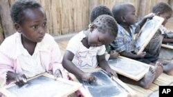 世界银行说,莫桑比克的学前教育让幼儿学习阅读、数学和社交技巧。