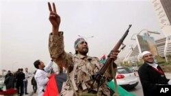 反政府武裝人員呼喊反卡扎菲的口號