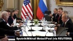 Bajden i Putin sa saradnica tokom samita