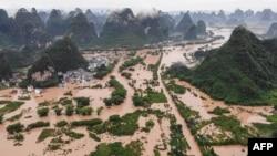 Jalan-jalan dan bangunan yang terendam setelah hujan lebat menyebabkan banjir di Yangshuo, di wilayah selatan Guangxi China, 7 Juni 2020. (Foto oleh STR / AFP)