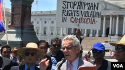 Mr. Alan Lowenthal ​addresses Cambodian American protesters who called for the U.S. intervention to put an end to human rights violations in Cambodia in Washington DC, Friday June 10, 2016. (Photo: VOA Khmer)