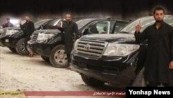 ISIL이 공개한 자살 폭탄 차량과 외국인 전사들의 모습.