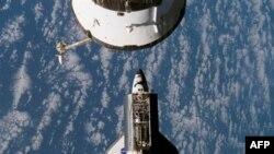 Phi thuyền con thoi Atlantis trong không gian