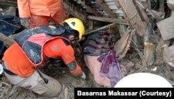 Tim SAR gabungan saat melakukan pencarian korban di salah satu bangunan rumah yang rusak akibat banjir bandang di Masamba, Luwu Utara, Sulawesi Selatan, Rabu, 15 Juli 2020. (Foto: Basarnas Makassar)