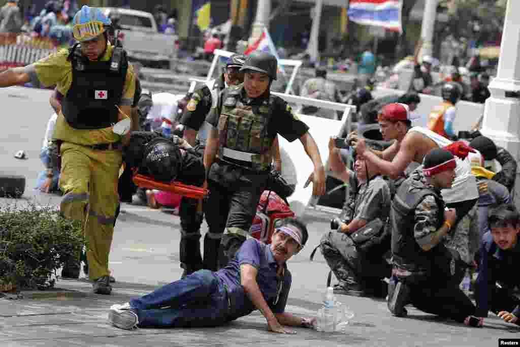 تھائی لینڈ کے دارالحکومت بنکاک میں جھڑپوں اور فائرنگ سے ایک پولیس افسر اور مظاہرین میں شامل ایک شخص ہلاک ہو گیا۔