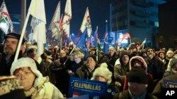 Demonstranti su se okupili ispred sjedišta državne televizije MTVA u Budimpešti, Mađarska, 17. decembra 2018.