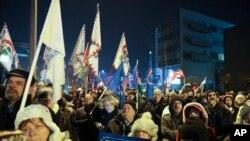 Macaristan'da halk devlet televizyonu binası önünde dondurucu soğukta hükümeti protesto etmeye devam ediyor