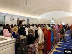 Salat Tarawih di masjid IMAAM Center selama bulan Ramadan. (VOA/Eva M.)