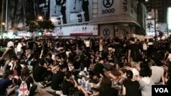 星期二凌晨仍有大批示威者佔領銅鑼灣崇光百貨對開的怡和街 (美國之音湯惠芸攝)