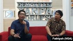 Peneliti di Indonesia Corruption Watch (ICW) Kurnia Ramadhana (kiri) dan Gulfino Guevarrato dari Divisi Advokasi FITRA (kanan) dalam jumpa pers di kantor ICW, Rabu, 9 Oktober 2019. (Foto: VOA/Fathiyah)