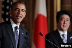 美国总统奥巴马(左)在访日期间和日本首相安倍晋三一同出席了在东京赤坂国宾馆举行的新闻发布会。图为奥巴马总统在会上致辞。(2014年4月24日)