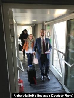 """Ambasador Godfri izlazi iz aviona na Aerodromu """"Nikola Tesla"""" (Foto: Ambasada SAD u Beogradu)"""