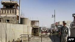 Binh sĩ Mỹ canh gác trước một doanh trại của NATO ở Kabul, Afghanistan