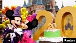 Mickey et Minnie sont représentés aux célébrations du 20e anniversaire de Disneyland Resort à Marne-la-Vallée, près de Paris, le 31 mars 2012. REUTERS / Benoit Tessier (FRANCE)