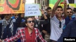 Des manifestants protestent dans les rues de Al-Hoceima après la mort du vendeur de poisson, au Maroc, le 6 novembre 2016.