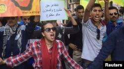 Des manifestatants protestent dans les rues de Al-Hoceima après la mort du vendeur de poisson, au Maroc, le 6 novembre 2016.