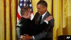 پرزیدنت اوباما در حال خوش و بش با تیم هریس یکی از ورزشکاران المپیک ویژه از ایالت نیومکزیکو
