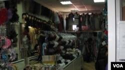 西伯利亞東部俄羅斯雅庫特共和國首府雅庫特市一個華人集中的市場中的華商店鋪。當地華商說,同莫斯科相比,他們的經營很平靜。(2011年8月美國之音白樺)