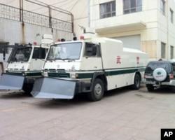 呼和浩特的武警装甲车,严阵以待,随时准备镇压抗议者
