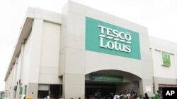 ຊາວໄທພາກັນລຸຍນໍ້າໄປຊື້ອາຫານການກິນ ທີ່ຮ້ານຂາຍເຄື່ອງ Tessco - Lotus ຢູ່ບາງກອກ (27 ຕຸລາ 2011)