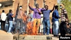 Baadhi ya waandamanaji waliokuwa wakiipinga serikali ya Sudan mjini Khartoum, Januari 17