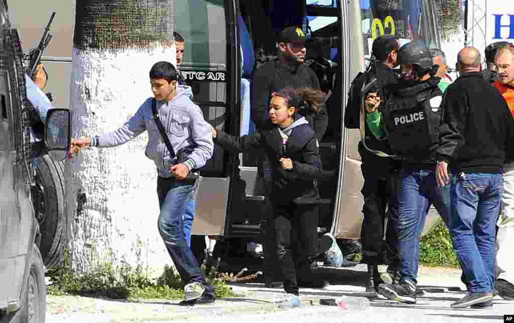 پولیس نے یرغمالیوں کو چھڑانے کے لیے کیے جانے والے ایک آپریشن میں دو حملہ آوروں کو ہلاک کر دیا۔