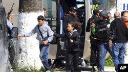 Des jeunes fuyant l'attaque contre le musée du Bardo à Tunis (AP)