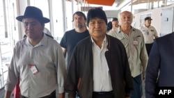 Foto distribuida por la Asociación Argentina de Trabajadores del Estado y la Unión Central de Trabajadores de Argentina, del expresidente boliviano Evo Morales (C) y el ex canciller boliviano Diego Pary Rodríguez (I) caminando a su llegada en el aeropuerto de Ezeiza, el jueves.