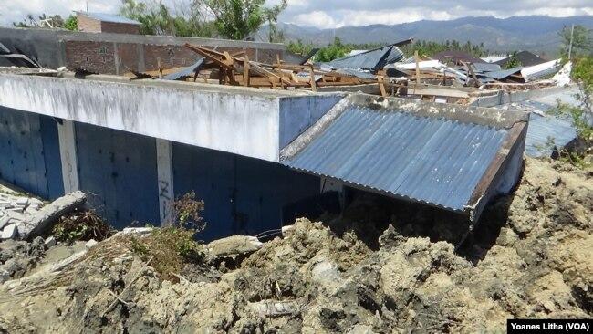 Masih banyak korban yang masih hilang karena rumah mereka seperti ambles terendam lumpur dan menyulitkan upaya evakuasi korban (VOA/Yoanes).