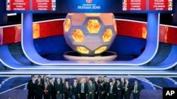 Para pelatih tim yang masuk kualifikasi final Piala Dunia 2018 berfoto pada akhir acara penarikan undian di Moscow, 1 Desember 2017.
