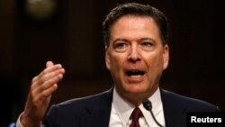 Direktur FBI yang dipecat, James Comey, memberikan kesaksian di hadapan Komite Intelijen Senat AS, Kamis (8/6).