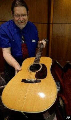گری شروم، کارشناس گیتارهای یادگاری، گیتار باب دیلن را نشان می دهد.