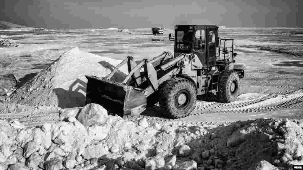 مهر نوشته، با اینکه خبرهای ضد و نقیض مبنی بر افزایش آب دریاچه ارومیه یکی از مباحث داغ این روزها است، علیرغم بارندگی ها در این منطقه، تن دریاچه هنوز خیس نشده است و در خطر خشکی و مرگ کامل قرار دارد. عکس: علی حامد حقدوست، مهر