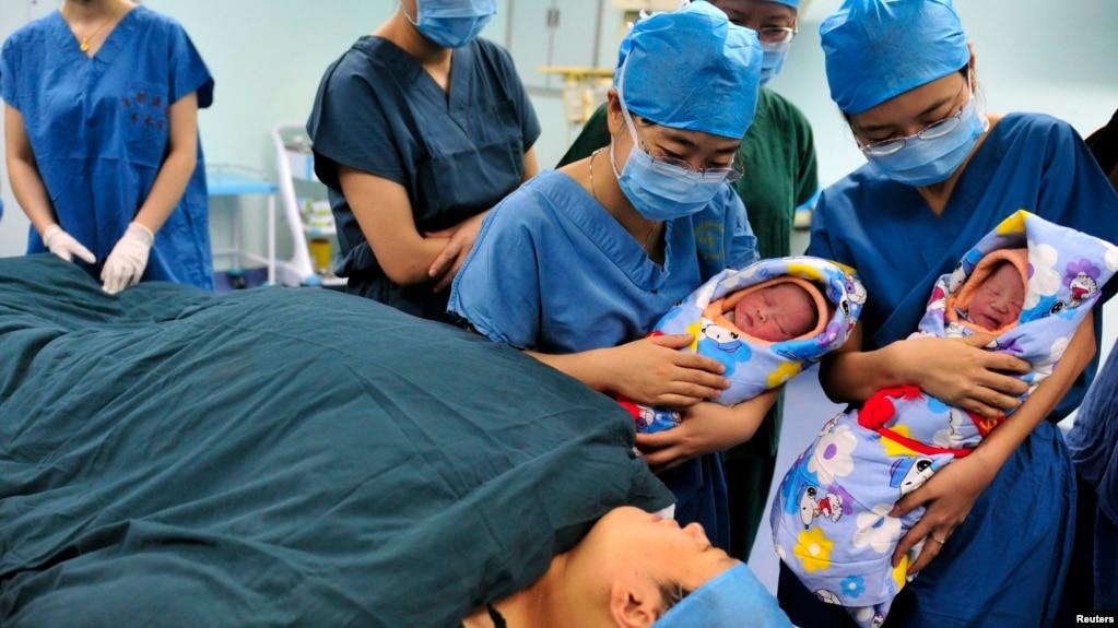 一名中国产妇在陕西西安一家医院里刚刚生产一对双胞胎。(资料照片)