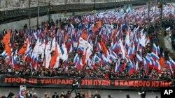 """""""အဲဒီက်ည္ဆံေတြဟာ တို႔အားလံုးအတြက္ျဖစ္တယ္၊ သူရဲေကာင္းဆိုတာ ဘယ္ေတာ့မွမေသဘူး"""" ဆိုတဲ့ စာတန္းကို ကိုင္ေဆာင္ထားတဲ့ ေသာင္းနဲ႔ခ်ီတဲ့႐ုရွားျပည္သူေတြက လုပ္ႀကံခံရသူ အတုိက္အခံေခါင္းေဆာင္ Boris Nemtsov အတြက္ ခ်ီတက္ဂုဏ္ျပဳၾကစဥ္။ (မတ္လ ၁၊ ၂၀၁၅)"""