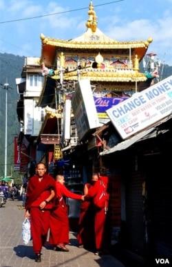 印度麦克里欧甘吉的主街。(美国之音朱诺拍摄,2016年11月5日)