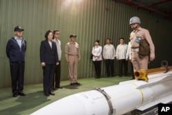 台灣國防部公佈的照片顯示,在一次演習期間,軍方在蘇澳海軍基地向總統蔡英文介紹一枚導彈。
