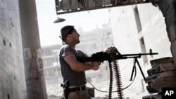 Borac Slobodne sirijske armije puca za vreme sukoba u Alepu (arhivski snimak)