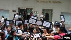 香港新聞從業者抗議印尼菲律賓,稱其阻撓記者正常採訪(美國之音海彥拍攝)