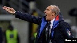 Pelatih Tim Sepak Bola Nasional Italia, Gian Piero Ventura, saat pertandingan Italia melawan Swedia. Italia tidak akan bertanding di Piala Dunia untuk pertama kali sejak 1958, setelah kalah dari Swedia. Federasi Sepak Bola Italia dikabarkan memecat Ventura.