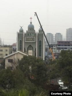 중국 저장성의 한 교회가 정부 당국의 폐쇄 조치에 의해 철거되고 있다. (자료사진)