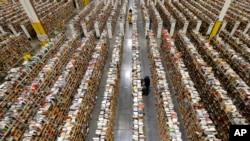 Para pegawai Amazon.com menyusun produk-produk di kantor mereka di Phoenix, Arizona. (Foto: Dok)