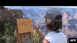 Umetnica Linda Glover Guč slilka na južnom rubu Grand kanjona