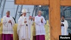 Paus Fransiskus mengakhiri lawatannya ke Brazil dengan misa di pantai Copacabana, Rio de Janeiro pada hari Minggu (28/7).