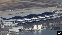 图为日本仙台机场3月12日被洪水浸泡