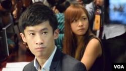 梁頌恆及游蕙禎成功進入立法會會議廳 (美國之音湯惠芸拍攝)