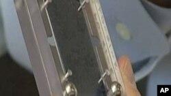血液样本从经过特殊胶处理的微芯片上流过