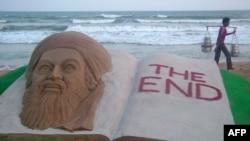Một tác phẩm làm bằng cát của nghệ sĩ Ấn Ðộ Sudarshan Patnaik trên bãi biển Puri trong bang Orissa ở miền đông Ấn Ðộ hôm 2/5/11