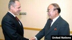 지난 5월 평양에 부임한 굴람 이작싸이 유엔 상주조정관이 박의춘 북한 외무상과 인사를 나누고 있다.